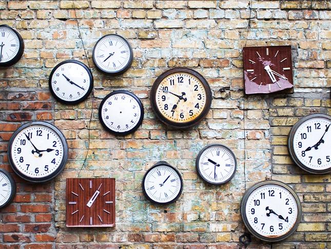 Viele Uhren auf einer Wand
